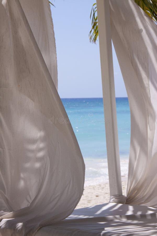 热带海滩的窗帘 免版税库存照片