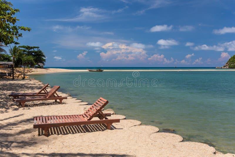 热带海滩的sunbeds 免版税库存照片