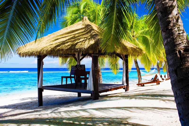 热带海滩睡椅的眺望台 免版税库存照片