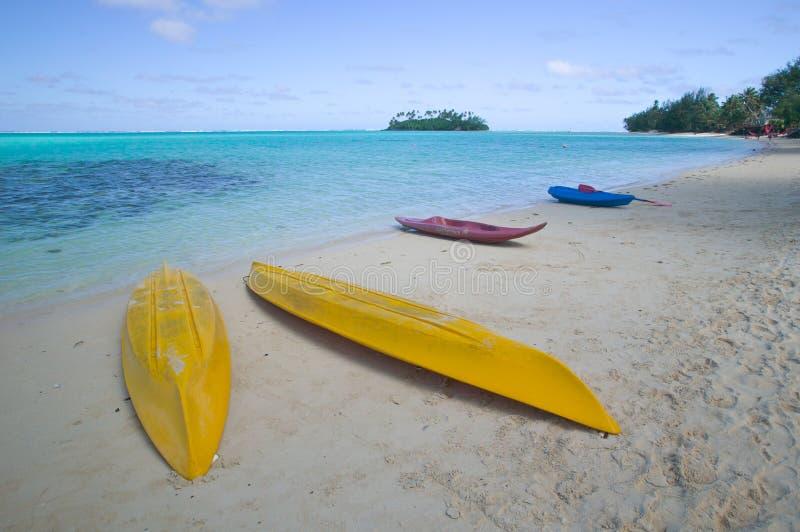 热带海滩空的皮船 免版税库存图片
