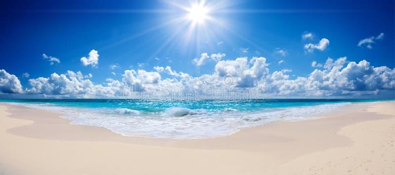 热带海滩和海 免版税库存照片