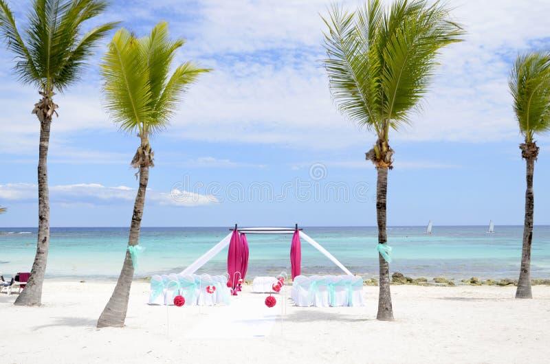 热带海滩婚礼仪式设定 免版税库存照片