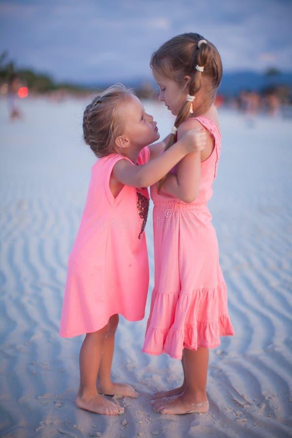 热带海滩的两个小女孩在菲律宾 图库摄影