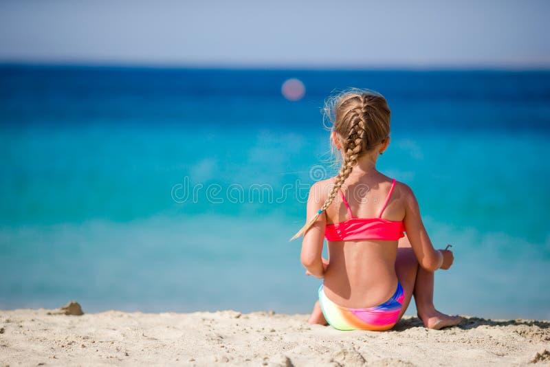 热带海滩的可爱的小女孩在假期时 免版税库存照片
