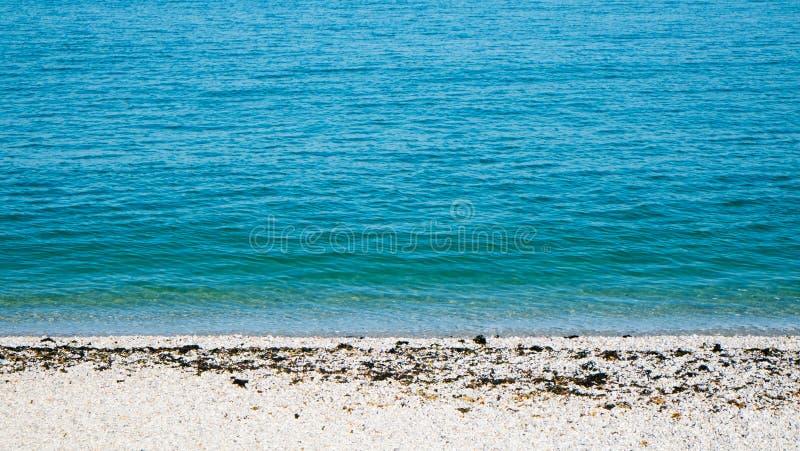 热带海滩的海运 免版税库存图片