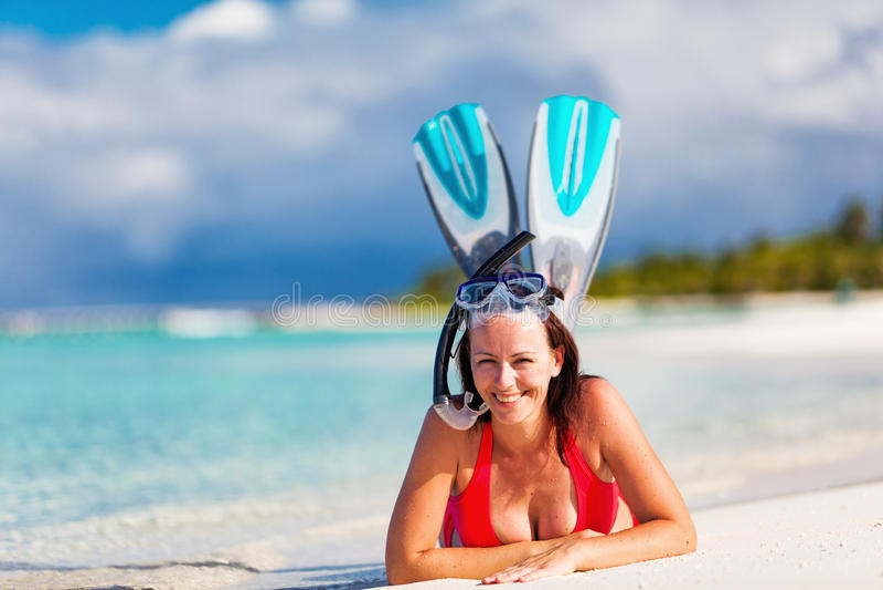 热带海滩的美丽的妇女享受潜航的 免版税库存照片