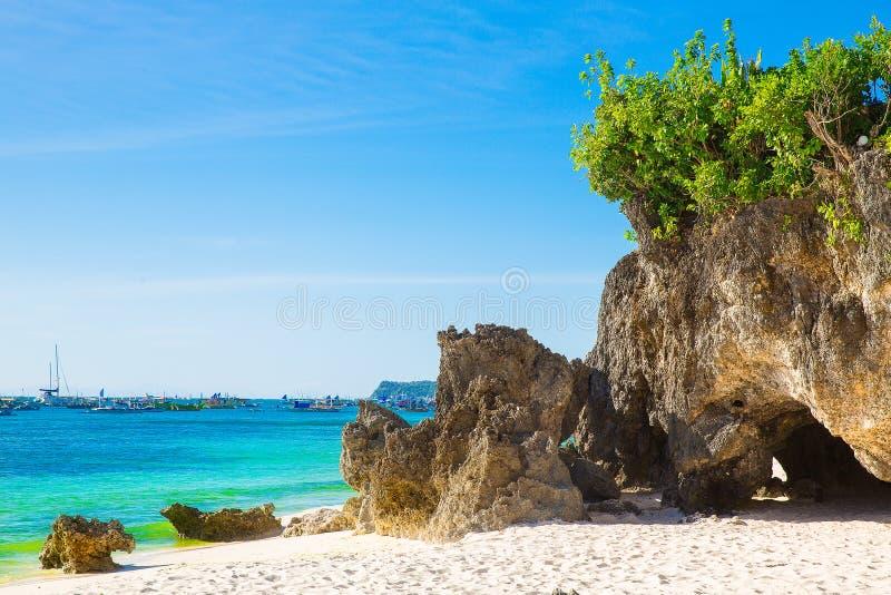 热带海滩,与植被, se的岩石美好的风景  库存照片