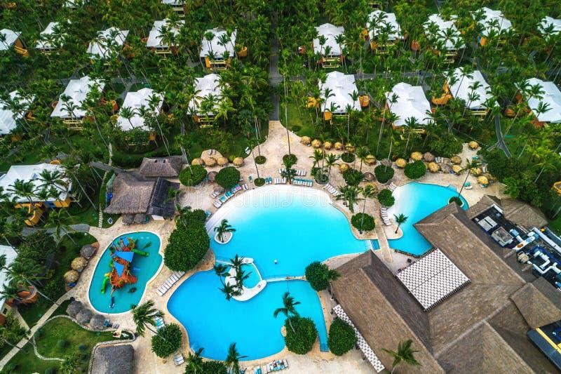 热带游泳场和棕榈树鸟瞰图在豪华旅游胜地 免版税库存图片