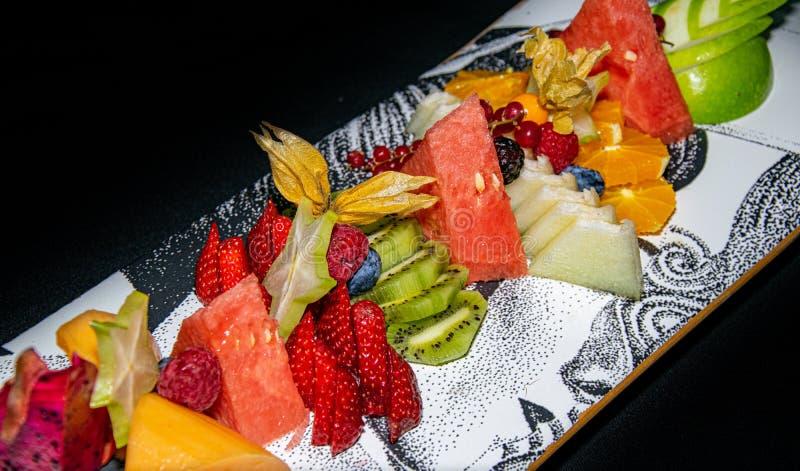 热带滑板果子盛肉盘 免版税图库摄影