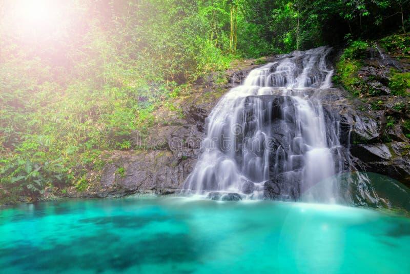 热带瀑布在森林里和山,吨Chong Fa在泰国南部的Khao Lak攀牙 水平的风景 库存图片