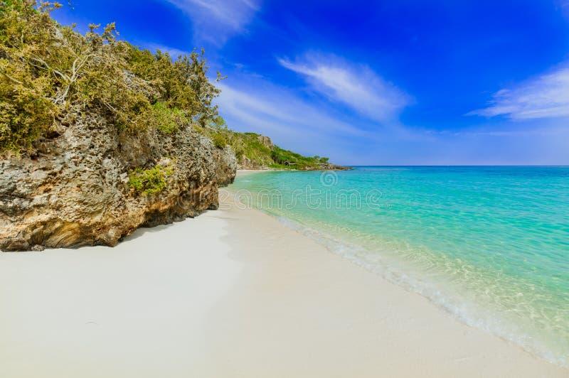 热带白色沙子海滩和海洋华美的迷人的看法反对蓝天背景在晴朗的夏日 库存图片