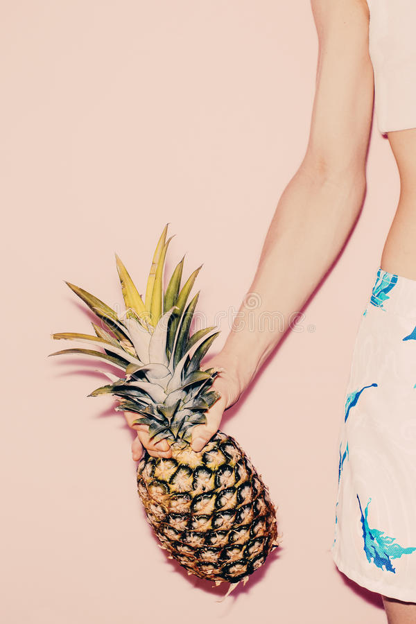 热带的夏天 时尚女孩用菠萝 库存图片