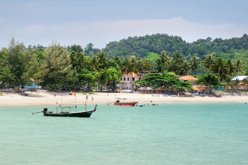 热带绿松石海海湾,天堂沙滩,棕榈树,旅游胜地,在那空是贪玛叻provinc的Haad Kwang Pao海滩 免版税库存照片