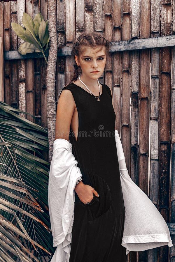 热带背景的美丽的年轻时髦的妇女 免版税库存图片
