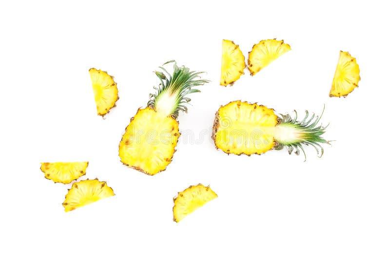 热带食物概念 在白色背景隔绝的切的菠萝果子 平的位置,顶视图 免版税库存照片