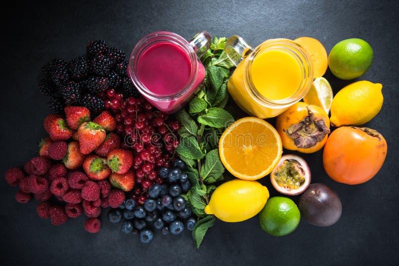热带水果和莓果圆滑的人 库存照片