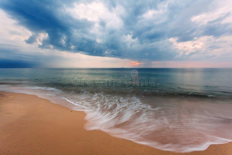 Download 热带阴沉的日落 库存照片. 图片 包括有 海运, 海岸, 红色, 本质, 背包, beautifuler - 62525758