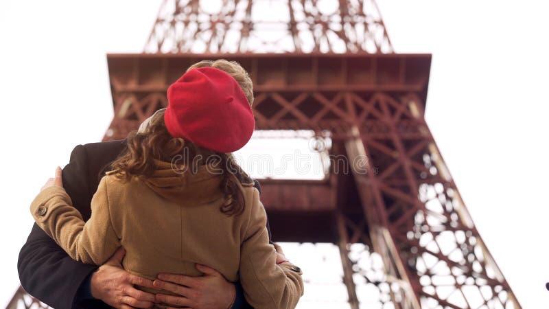 热情地亲吻心爱的妇女的被迷恋的人在浪漫日期在巴黎 库存照片