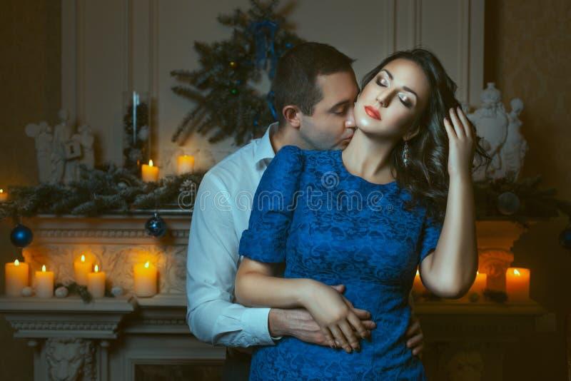 热情地亲吻妇女的脖子的人 免版税库存图片