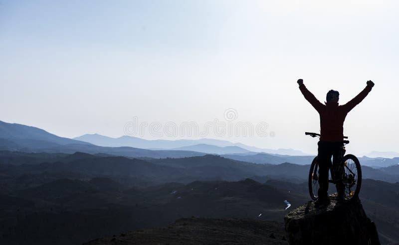 热情山顶的成功骑自行车困难 库存图片