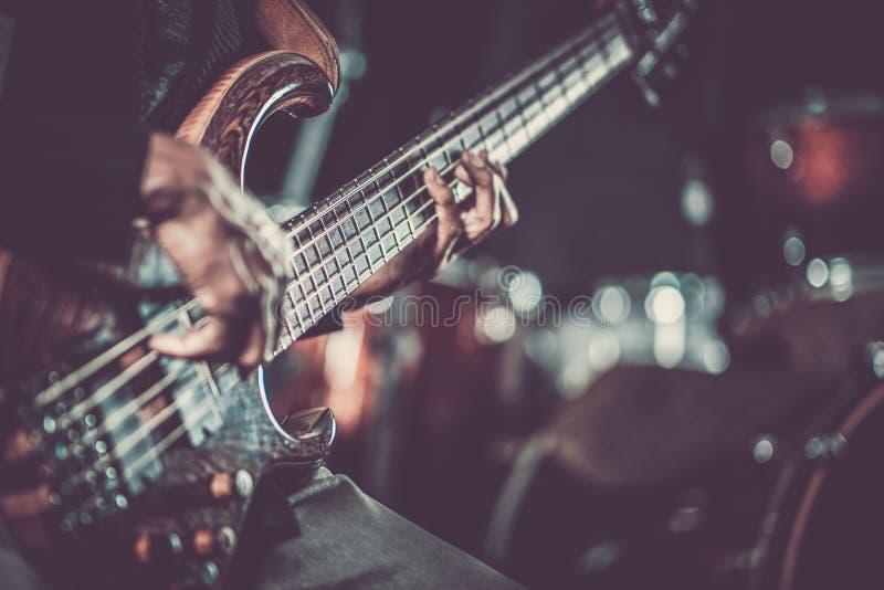 热情的吉他弹奏者音乐 免版税库存照片