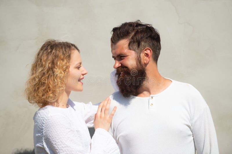 热情的有角的妇女高兴地有恋人感觉的性 爱抚富感情的夫妇崇拜 ?? 图库摄影