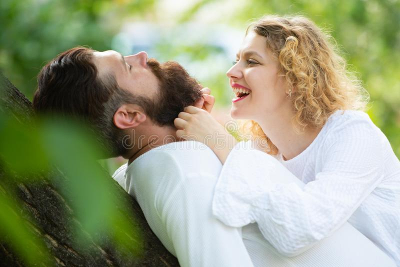 热情的有角的妇女高兴地有恋人感觉的性 诱惑他可爱的女朋友的英俊的年轻人 免版税库存照片