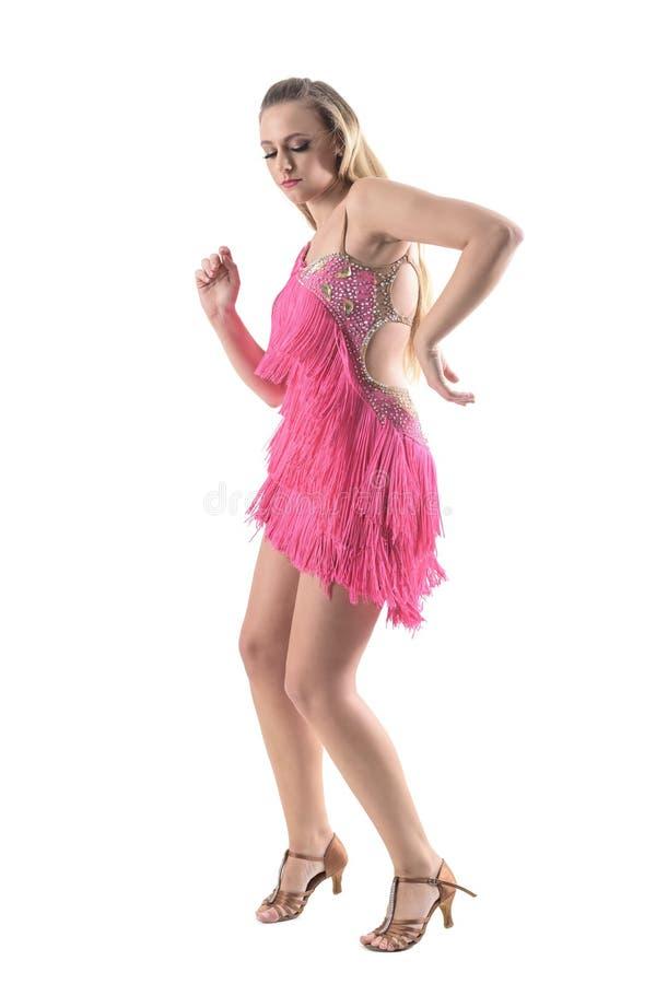 热情的白肤金发的妇女跳舞拉丁美洲人跳舞与闭合的眼睛 免版税库存照片
