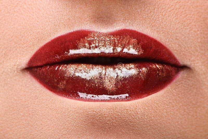 热情的红色光滑的嘴唇,美丽的女性嘴特写镜头与闪耀的构成的 免版税图库摄影