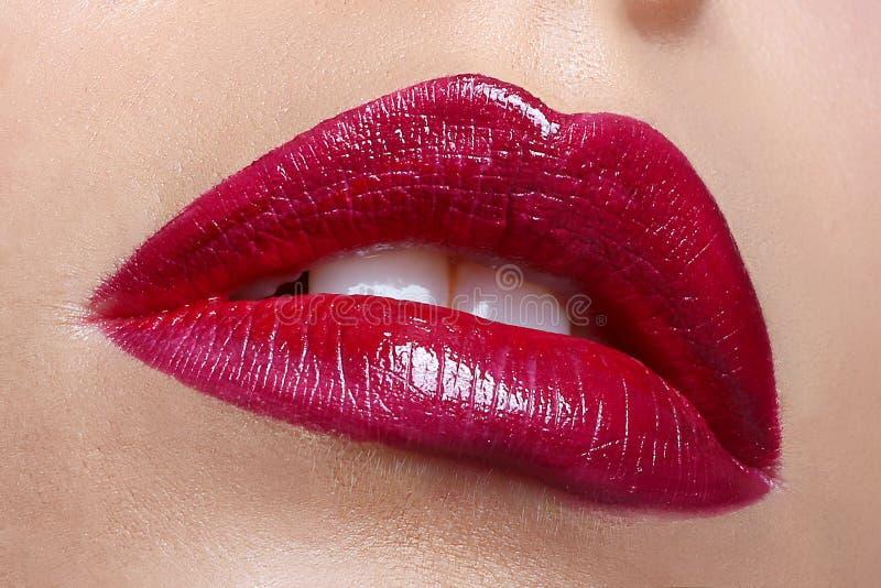 热情的红色嘴唇,宏观摄影 免版税库存图片