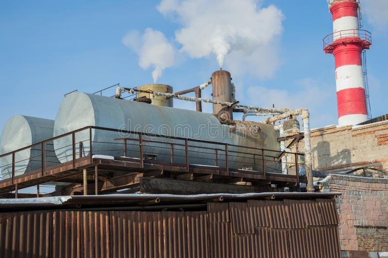 热有坦克的点建筑在工业企业 库存图片