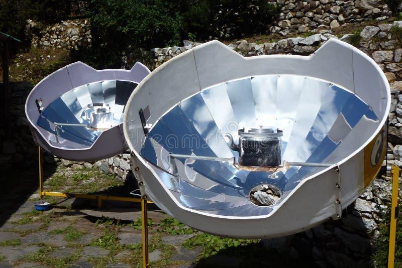 热水的, Pangboche,珠穆琅玛营地艰苦跋涉,尼泊尔抛物面太阳能加热器 免版税库存照片