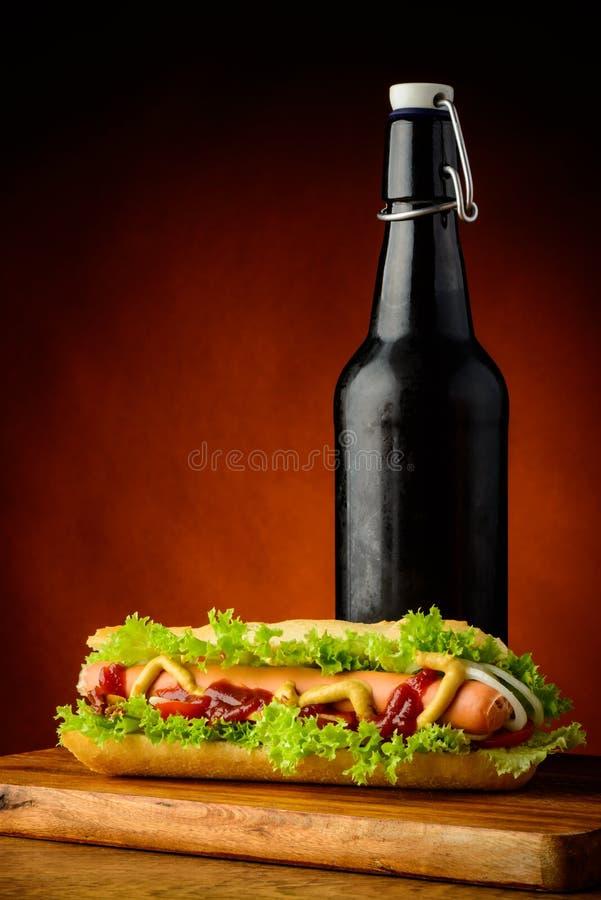 热狗和啤酒 库存图片