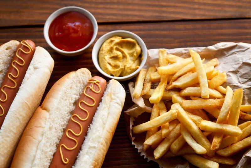 热狗和新鲜的炸薯条 免版税库存照片