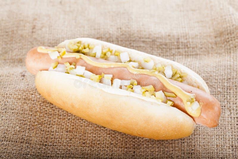 热狗格栅用芥末、葱和腌汁 免版税图库摄影