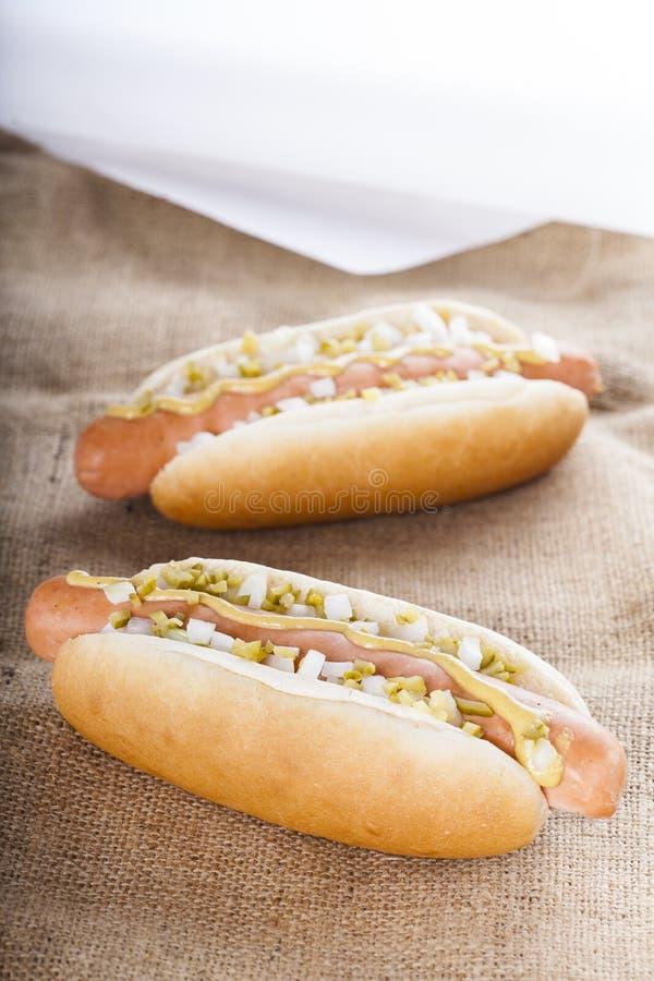 热狗格栅用芥末、葱和腌汁 免版税库存图片