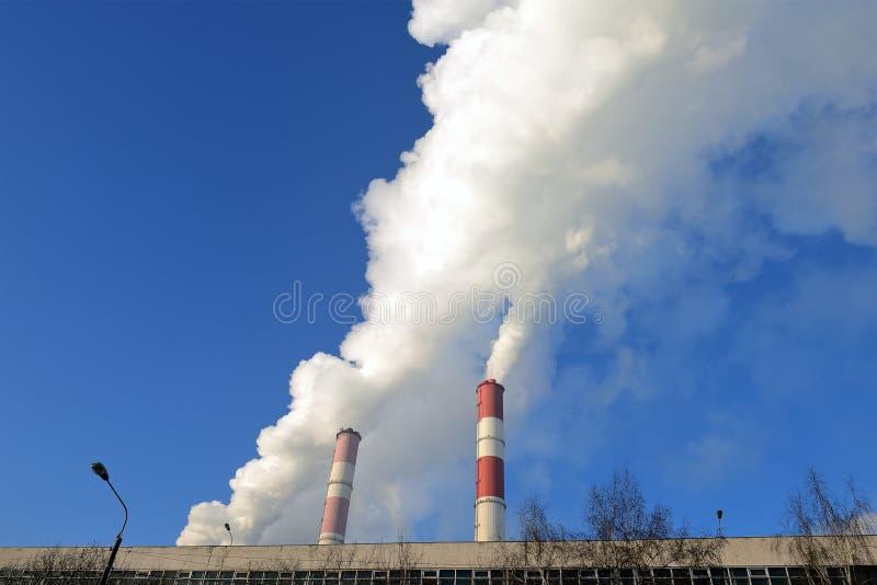 热电厂,从烟囱的烟反对天空蔚蓝 库存图片