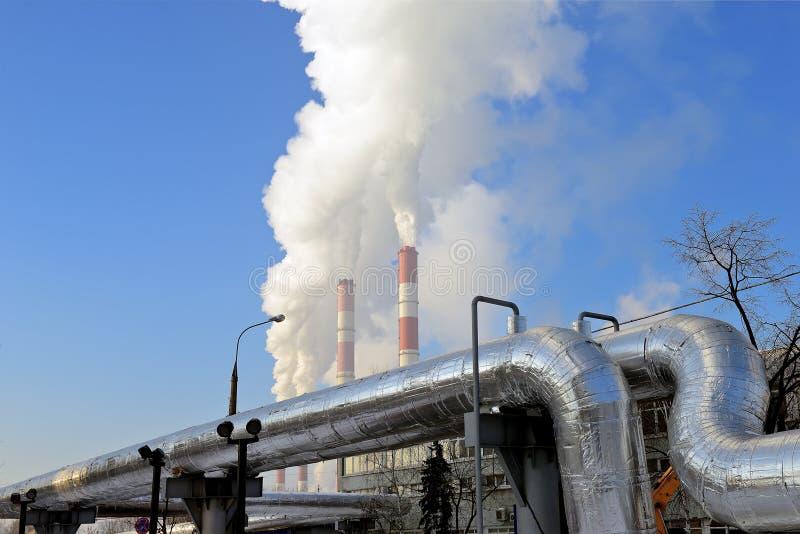 热电厂,从烟囱的烟反对天空蔚蓝 免版税库存图片