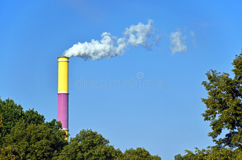 热电站开姆尼茨德国的色的烟囱 免版税图库摄影