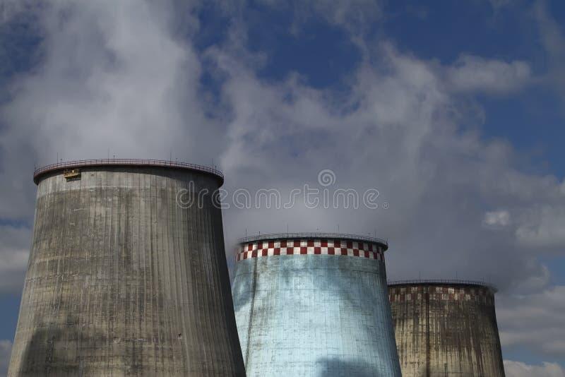 热电蓝色工厂的天空 库存图片