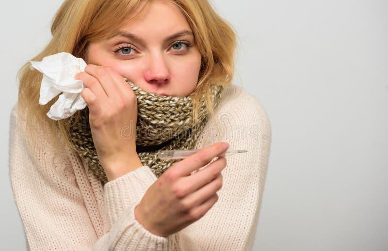 热病概念 断裂热病补救 温度流感症状 由于热病,妇女非常感觉 需要疗程为 免版税库存照片
