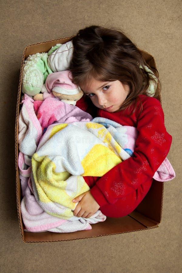 以热病疹拥抱在有填充动物玩偶的一个箱子的女孩 库存照片