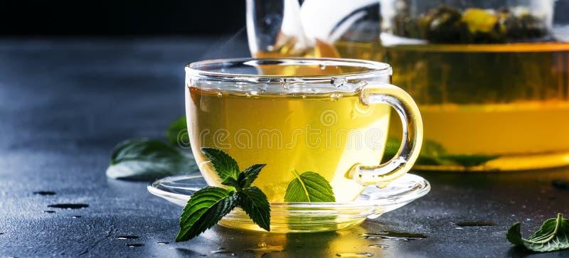 热的中国绿茶用薄菏,当飞溅倾吐从ke 库存图片