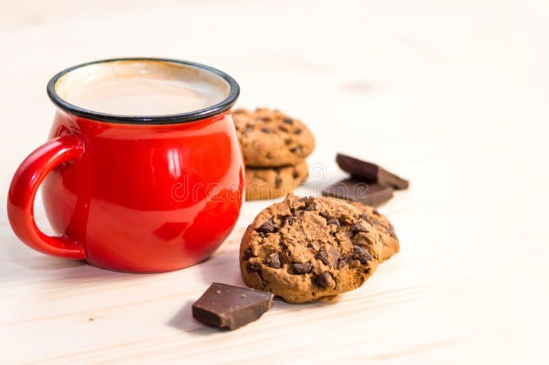 热的冬天饮料和巧克力曲奇饼 库存照片