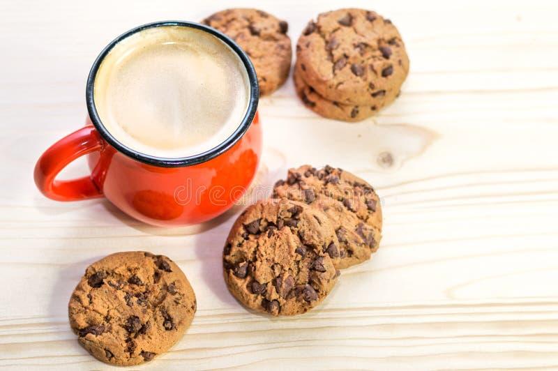 热的冬天饮料和巧克力曲奇饼 库存图片