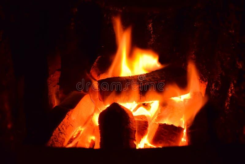 热的冰砖,热的煤炭冰砖,冰砖火,煤炭冰砖火,在一个热炉,煤炭的灼烧的煤炭冰砖制煤砖 库存照片