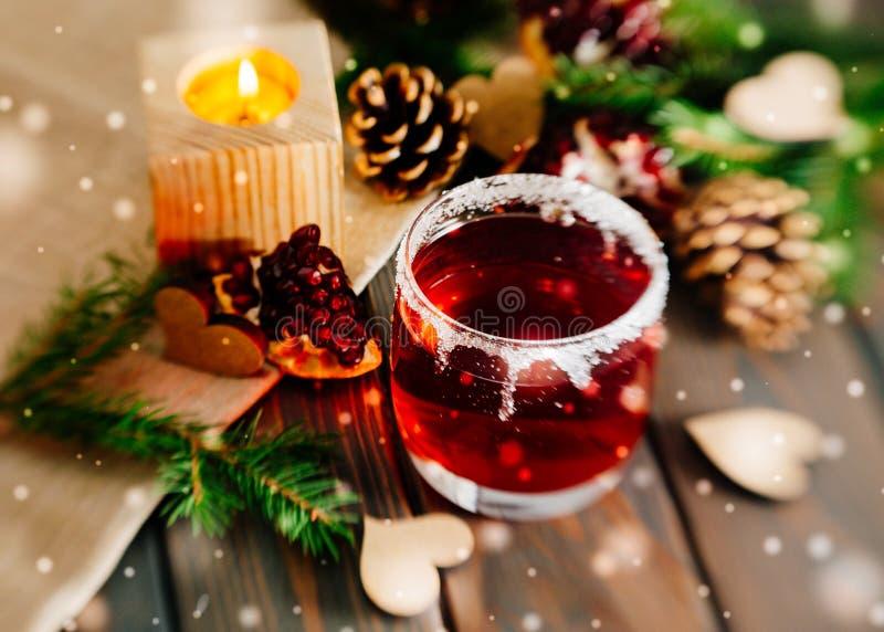 热的加香料的热葡萄酒和浪漫冬天风景 日s华伦泰 免版税库存图片