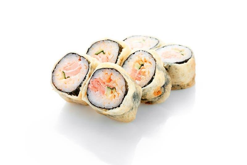 热的卷Syake天麸罗,三文鱼,辣调味汁,黄瓜 库存照片
