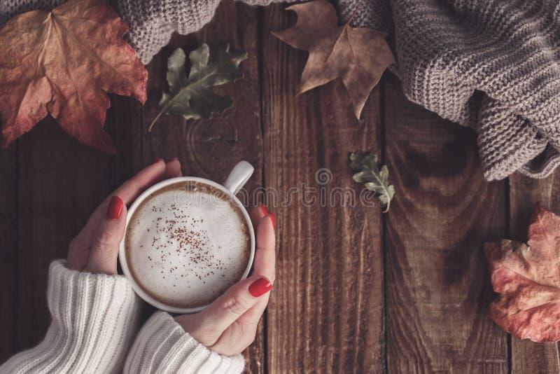 热的咖啡和秋叶 图库摄影