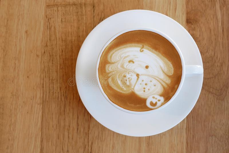 热的咖啡拿铁杯子顶视图有逗人喜爱的哈巴狗狗拿铁艺术的米尔 免版税库存照片